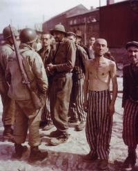 Väzni tábora Buchenwald po oslobodení