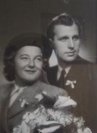 Svatební fotografie manželů Dražilových - 1947
