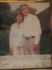 Fotografie s věnováním, kterou panu Dražilovi, věnovali manželé Bushovi
