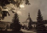 Náměstí v Bělé pod Bezdězem, rodném městečku p. Dražila