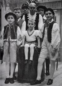 Prodaná nevěsta, Jilemnice 1937, vzadu v čepici otec Luděk