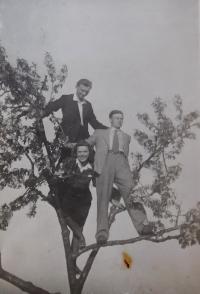 Vpravo František Motyčka s přáteli