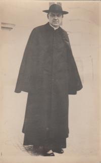 prastrýc pamětníka, hrabě kněz Antonín Bořek -  Dohalský, který zemřel v Osvětimi 1942