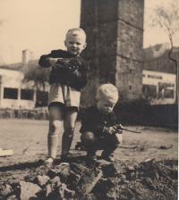 1944 24. duben u Mánesa v Praze, Václav a Jiří Dohalští