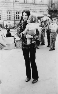 s opicí s nápisem FREEDOM, 1968