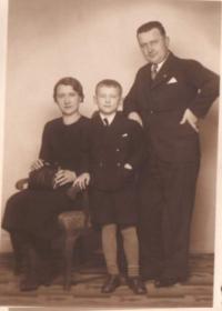 Josef Koutecký s rodiči