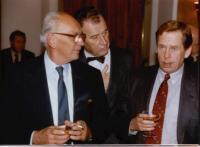Josef Koutecký (uprostřed) s Václavem Havlem