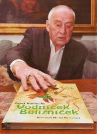 Josef Koutecký s knihou Vodníček Buližníček, kterou napsal