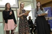 Dívky ze ZŠ Umělecká (Praha 7) prezentují příběh J. Kouteckého, závěrečná prezentace Příběhů našich sousedů, květen 2017