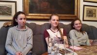 Dívky ze ZŠ Umělecká (Praha 7) na návštěvě u J. Kouteckého, březen 2017