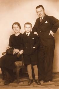 s rodiči, 1937-8