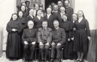 Školské sestry svatého Františka s biskupem Otčenáškem, rok 1968
