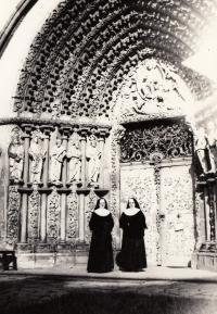 Sestry Mildred a Alberta, kolegyně Milady Anny Kopecké před chrámem v Tišnově