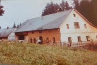 Rodný dům Eriky Bednarské (Schlegelové) v Hraničkách asi v roce 1960. Hlavní budova dnes již nestojí.