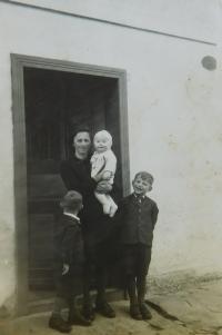 Angela Schlegelová s dětmi Ginterem, Walterem a Erichem za války v Hraničkách