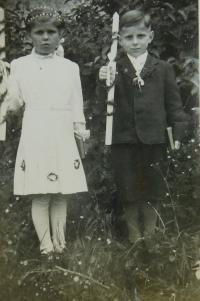 Elvíra a Ginter Schlegelovi při svatém přijímání v Nových Vilémovicích
