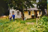 Erika Bednarská a manželem před rodinným výměnkem, který jako jediný zůstal stát v obci Hraničky