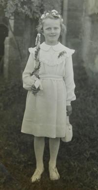 Erika Schlegelová (Bednarská) při svatém přijímání ve Vojtovicích