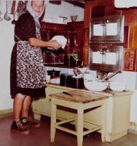 Matka Angela Schlegelová v kuchyni v rodinném domě v Hraničkách