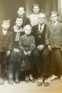 Rodina Schlegelova z Hraniček. Pamětnice uprostřed s kabelkou