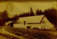 Rodný dům Eriky Bednarské (Schlegelové) v Hraničkách. Hlavní budova dnes již nestojí.