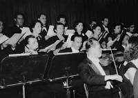 1956, v Pražském komorním orchestru (vlevo uprostřed pamětník, manželka Jitka Křenková uprostřed, s bílou broží)