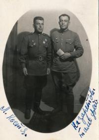 Ruští vojáci - osvoboditelé, sluha Kosťa Užin vlevo, plukovník vpravo, Nový Bydžov, 9. 6. 1945