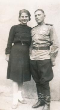 Ruští vojáci, Ukrajinec Miša Šop a Táňa Čirkova - sovětská písařka, Nový Bydžov, 10. 6. 1945