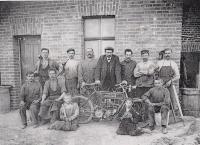 5. Zaměstnanci Smetanovy dílny-bicykly 5, motorku 1-Eso