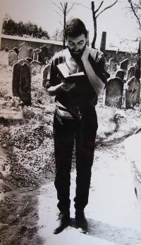 Modlitba na židovském hřbitově v Nýrsku, 1990