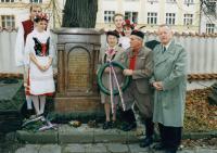 1998, pokládání věnců u hrobu J.Jungmana (v době starostování)