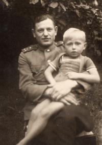Kapitán Sovětské armády a K. M., 1945