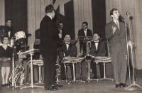 Orchestr K. Krautgartnera, K. M. u mikrofonu, 1958