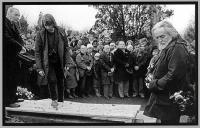 Pohřeb básníka Jaroslava Seiferta / Ivo Mludek na snímku vzadu ve skupině smutečních hostů / v poslední řadě první zleva / Kralupy nad Vltavou / 1986