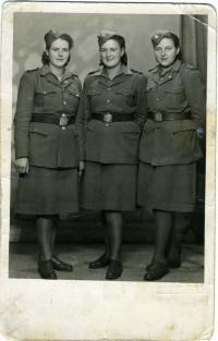 Emílie Závodská - Kudrnová vpravo, 1945