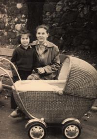Matka Anna Černá se starší dcerou Olgou a Libuší v kočárku (1953)