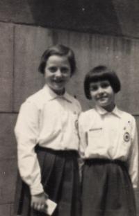Jako jiskra drží s kamarádkou čestnou stráž před tankem na Újezdě (cca 1960)