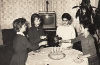 Oslava kamarádky, Libuše 2. zprava (1963)