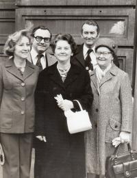 Příbuzní na svatbě v roce 1977 (zleva: Tomáš a Ladislav Sahodovi, Libuše L., Anna Černá a Růžena Jandová)