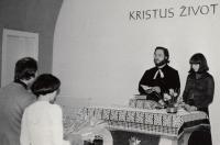 Svatební obřad, kněz Zdeněk Bárta a tlumočnice (9. 4. 1977)