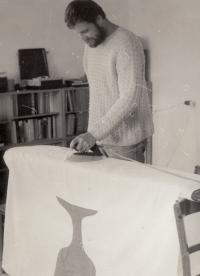 Jan Tydlitát žehlí vlajku, 1983