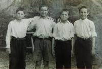 Fotis Bulguris s řeckými dětmi v dětském domově v Crkvenici v bývalé Jugoslávii (Chorvatsku) v roce 1949