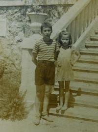 Fotis Bulguris se sestrou Areti v dětském domově v Crkvenici v bývalé Jugoslávii (Chorvatsku) v roce 1949