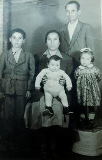 Rodiče Ziso a Dimitrula Bulguris se svými dětmi Stavrosem, Irini a Christosem v Československu