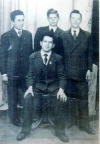 Stojící vlevo Fotis Bulguris s řeckými kamarády v dětském domově