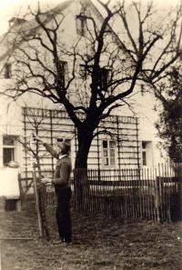 Johann Pache in front of his house