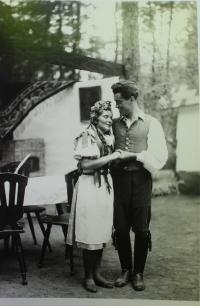 jako ochotník v Našich furiantech v řevnickém lesním divadle - 1946