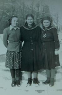 Dívky v tradičních uborech pro řecké děti v dětských domovech v Polsku
