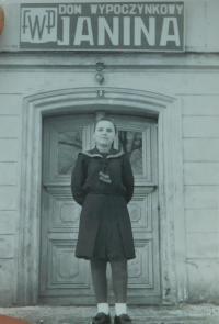Elefteria Popovská (Vlachopulu) před dětským domovem pro řecké děti v lázeňském městečku Ladek Zdrój v Polsku