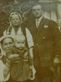Rodiče Evgenia a Vasilis Popovští s tetou a bratrancem pamětnice